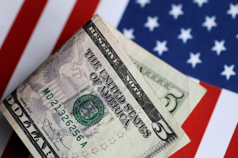 Доллар растет на фоне опасений по поводу инфляции