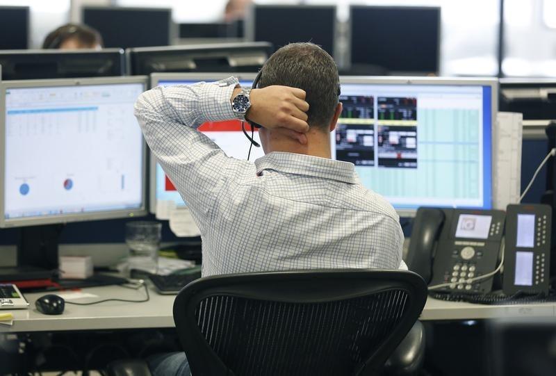 Рынок акций РФ начал первые торги в марте ростом индексов МосБиржи и РТС на 0,6-0,9%