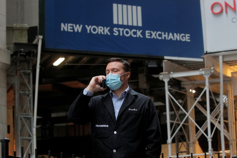 Уолл-стрит закрылась снижением, акции Apple и Tesla несут потери