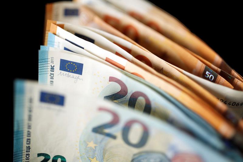 Cредний курс покупки/продажи наличного евро в банках Москвы на 13:00 мск составил 88,29/89,81 руб.