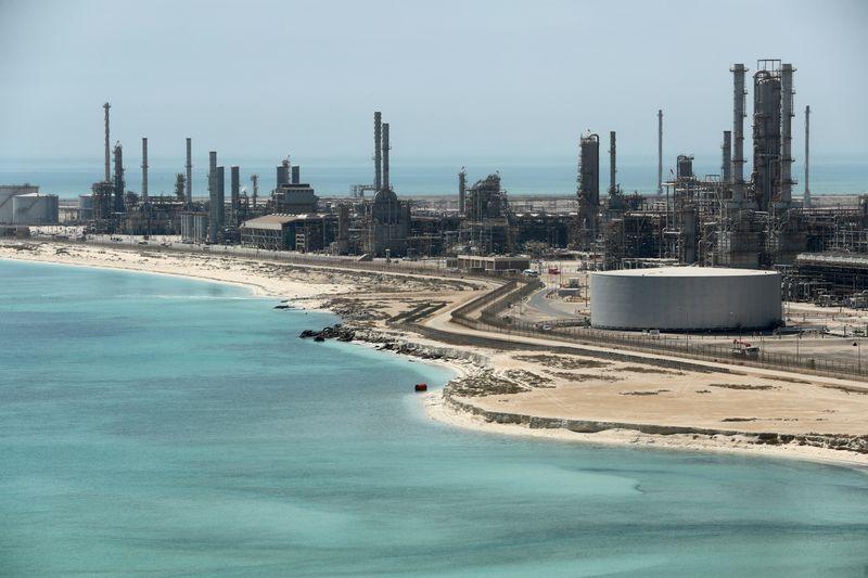 С.Аравия может продлить добровольное сокращение добычи нефти на 1 млн б/с на один месяц -- источник