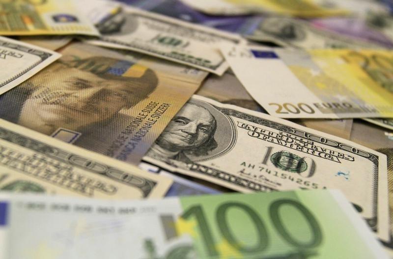Доллар дорожает к большинству основных мировых валют