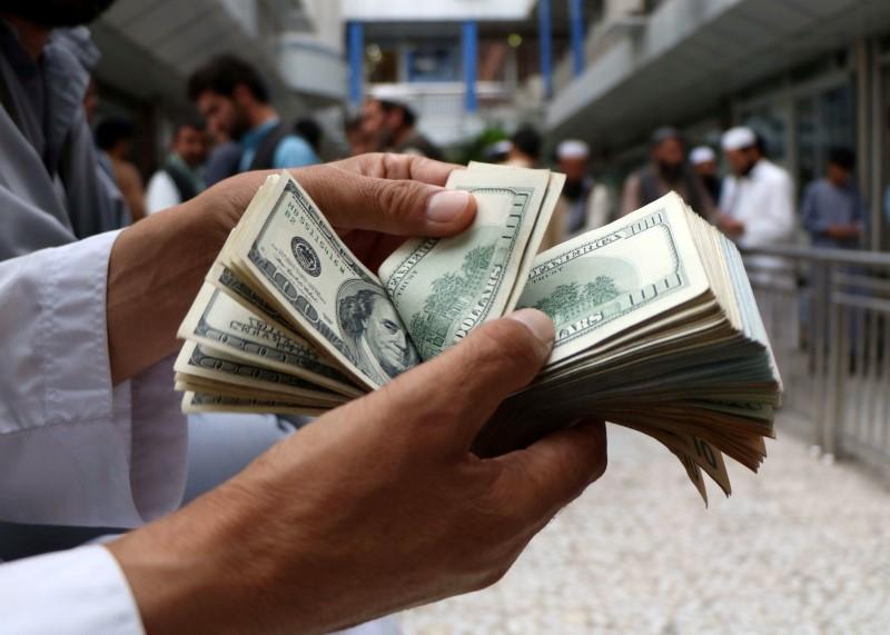 Доллар растет в начале недели