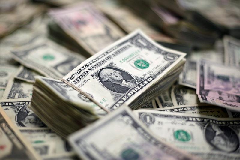Доллар растет на фоне стабилизации доходности после аукциона