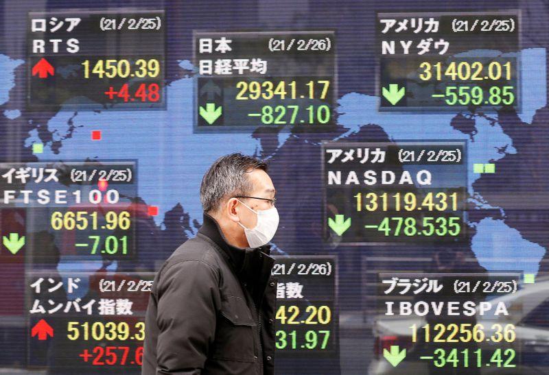 Японские акции закрылись в плюсе за счет ралли циклических секторов