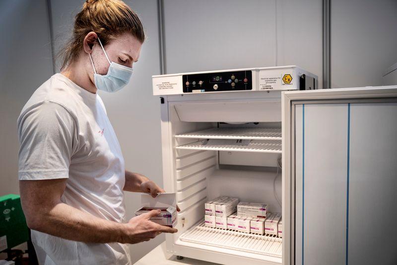 ЭКСКЛЮЗИВ-США сообщили ЕС, что не будут поставлять блоку вакцины AstraZeneca ближайшем будущем -- источники
