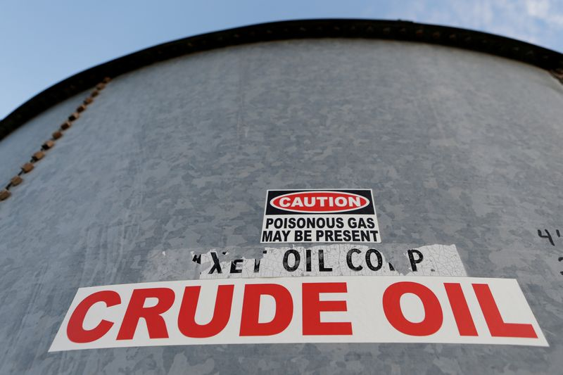Нефть дорожает за счет сильных экономических данных