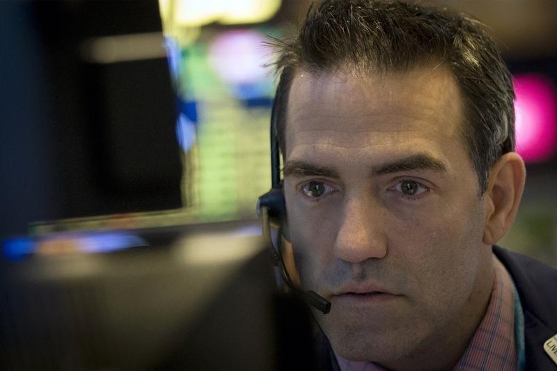 Рынок акций РФ завершил торги снижением на 0,9-2,1%