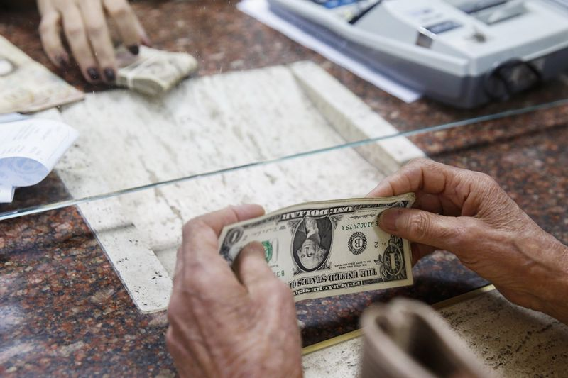 ЦБ РФ установил курс доллара США на сегодня в размере 77,1657 руб., курс евро - 91,7809 руб.