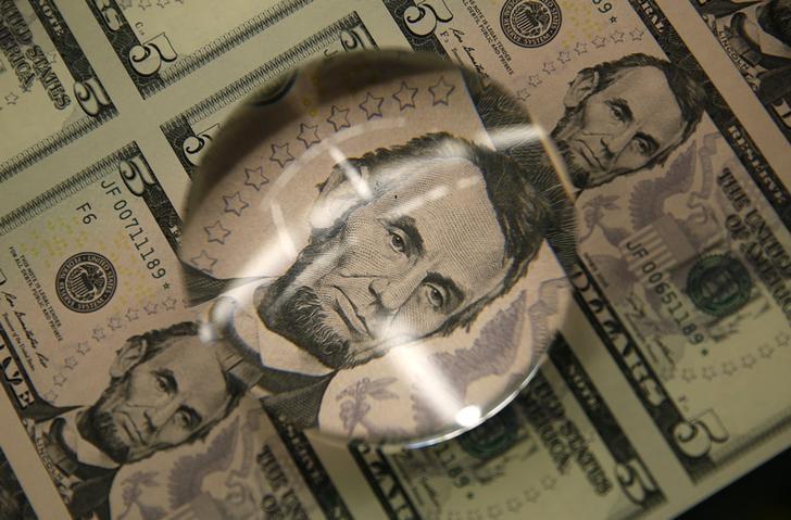 Cредний курс покупки/продажи наличного доллара в банках Москвы на 16:00 мск составил 76,45/77,77 руб.