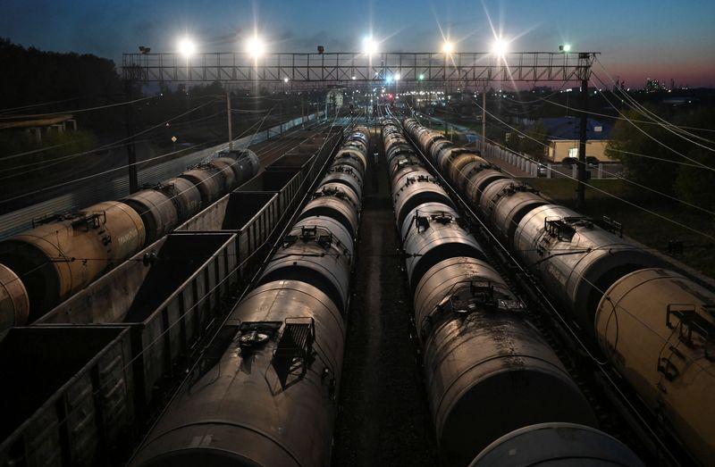 Новак: Власти РФ обсуждают ограничения на экспорт нефтепродуктов