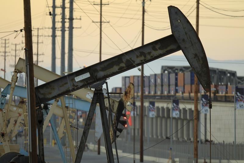 Цены на нефть незначительно снижаются