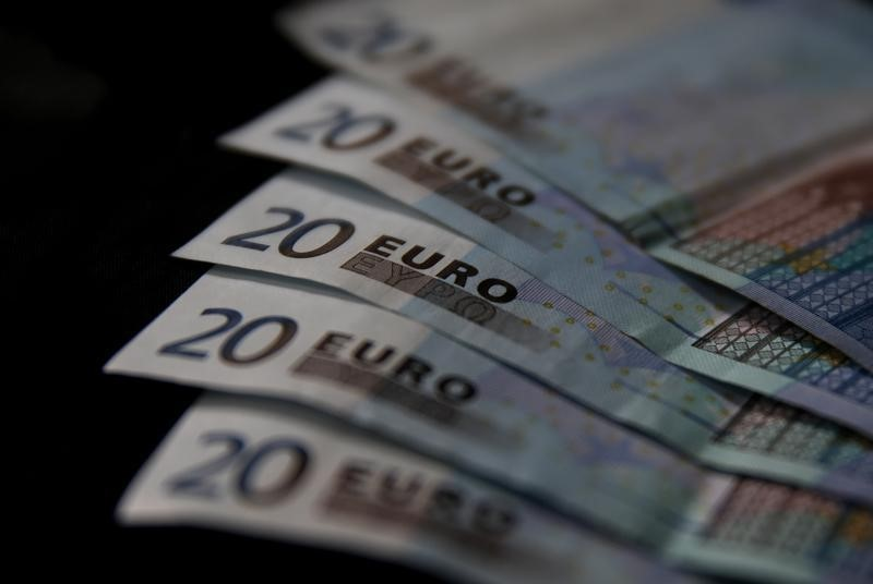 Cредний курс покупки/продажи наличного евро в банках Москвы на 13:00 мск составил 90,68/92,14 руб.