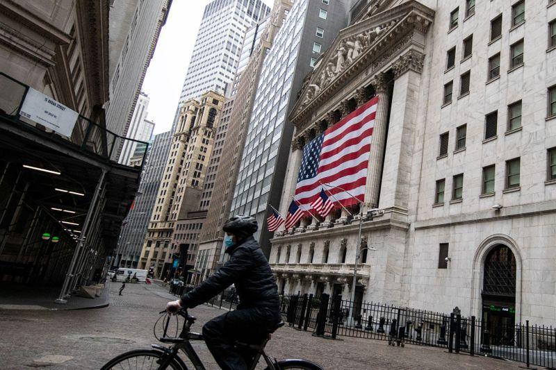 Уолл-стрит растет на фоне снижения безработицы и сильных отчетов