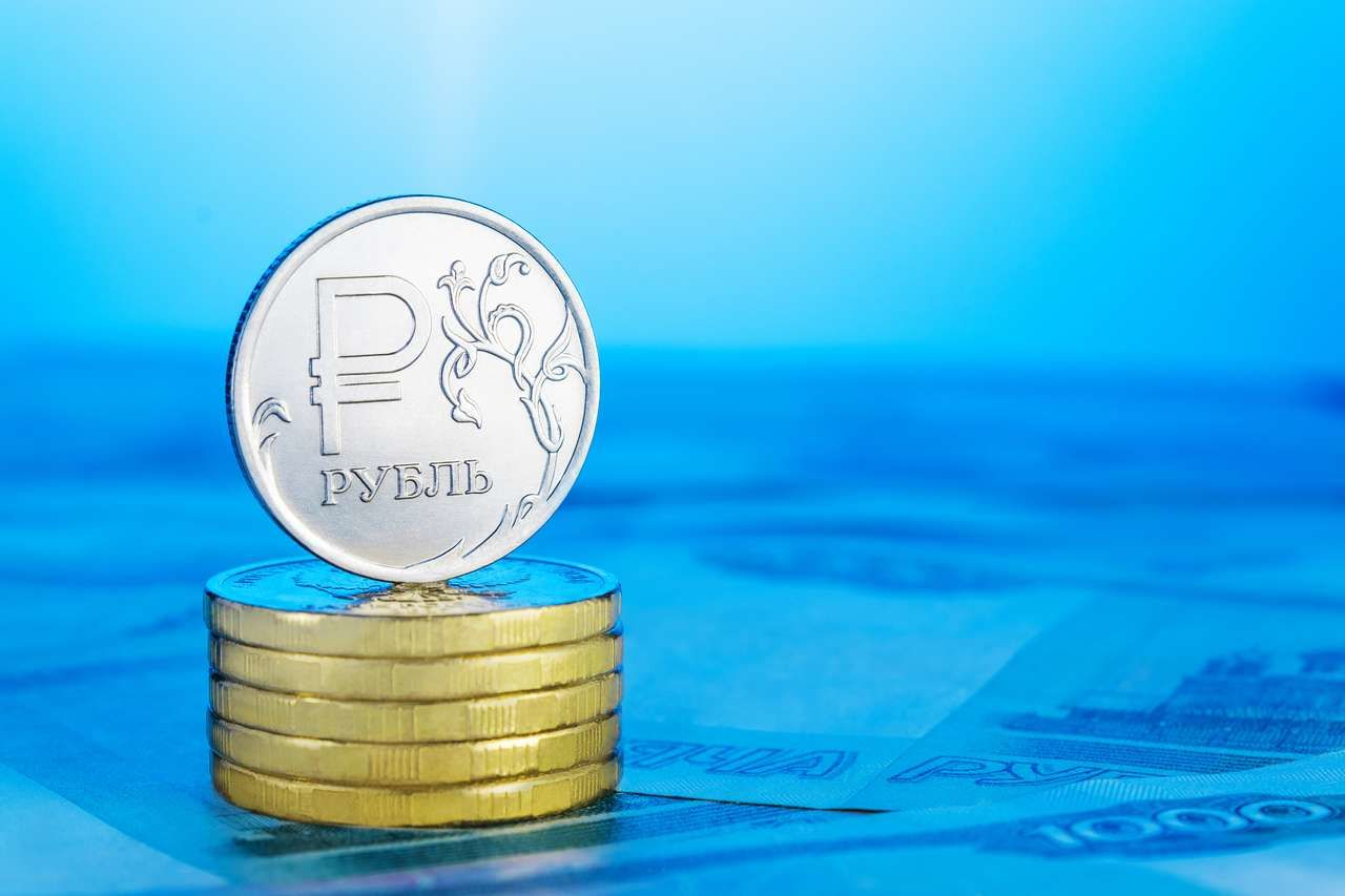 Рубль укрепляется на геополитическом позитиве и растущей нефти