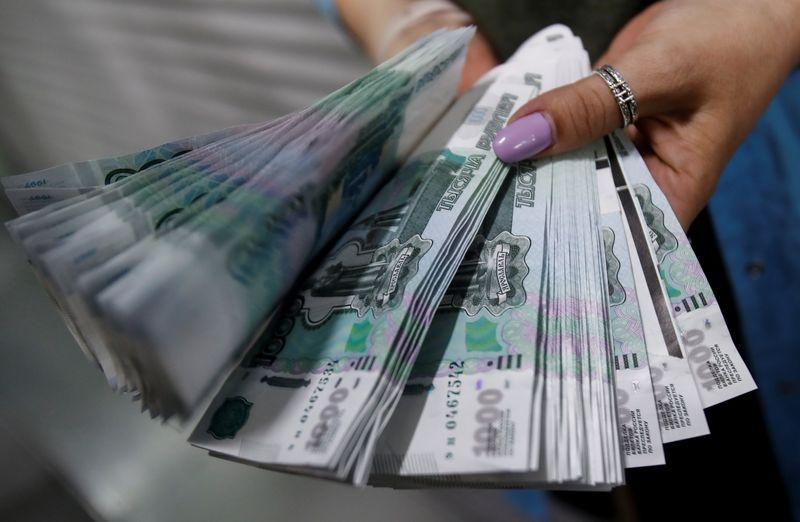 Рубль неожиданно пошел в рост вечером пятницы и дорожает по итогам недели