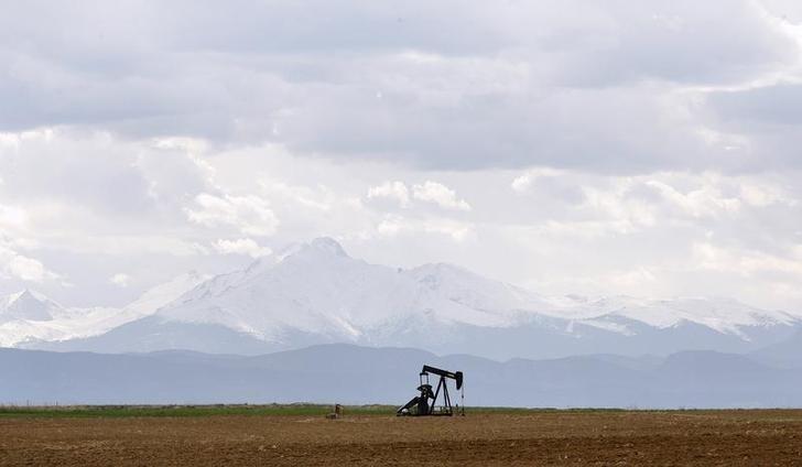 Нефть дешевеет, но может вырасти третью неделю кряду за счет надежд на восстановление спроса