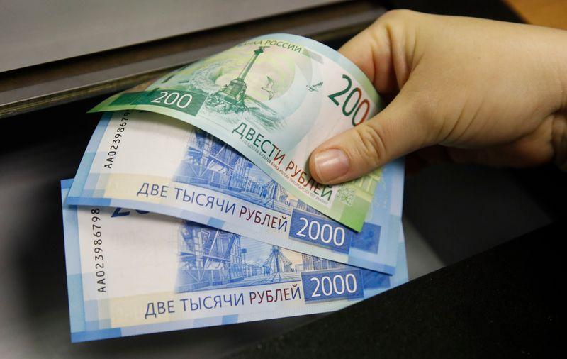 Рубль подешевел на малоактивных в американский День труда торгах