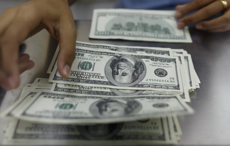 Cредний курс покупки/продажи наличного доллара в банках Москвы на 13:00 мск составил 72,54/73,91 руб.