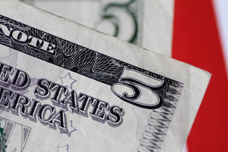Средний курс продажи наличного доллара США в банках Москвы достиг минимального значения за месяц и составляет 73,9056 руб.