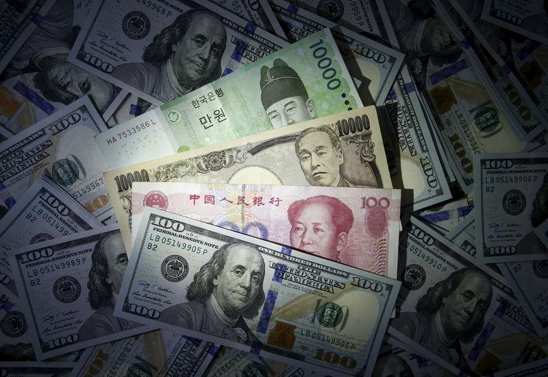 Доллар растет к основным мировым валютам