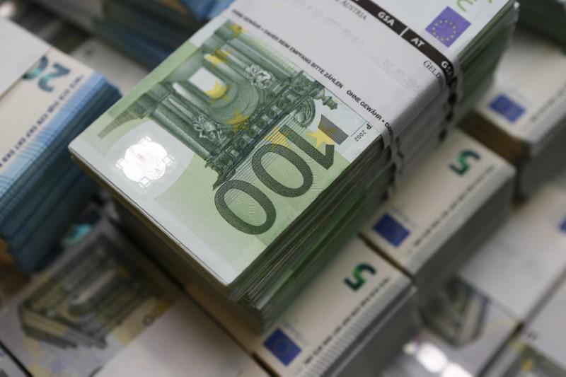 Доллар дешевеет к иене и евро