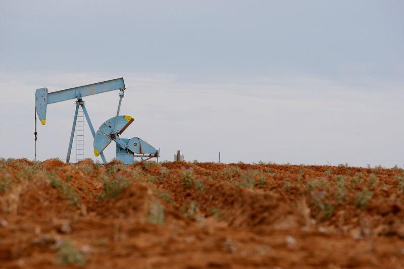 Нефть растет на фоне снижения добычи и запасов в США