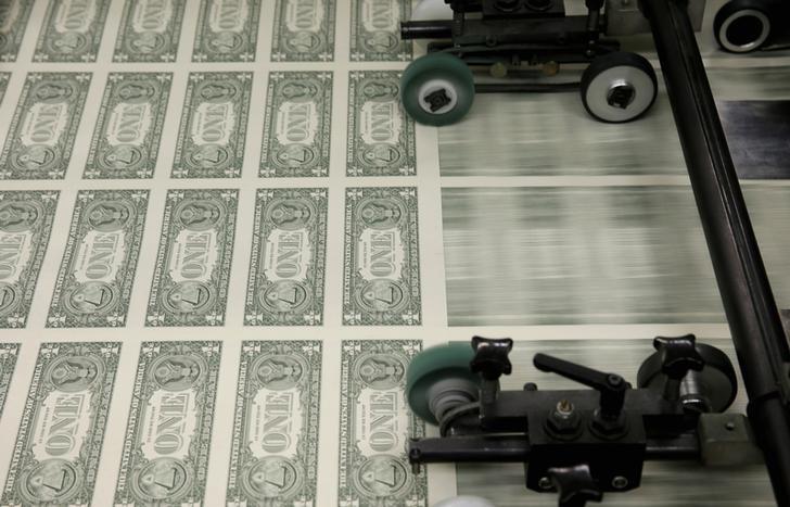 Средний курс продажи наличного доллара США в банках Москвы достиг минимального значения за месяц и составляет 73,7994 руб.