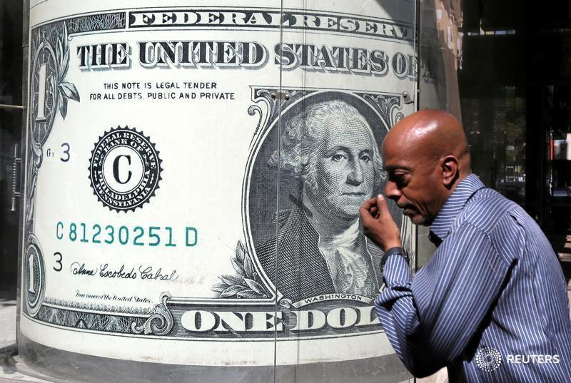 Средний курс покупки наличного доллара США в банках Москвы достиг максимального значения за неделю и составляет 72,4671 руб.