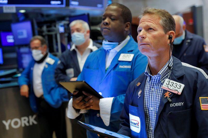 Уолл-стрит закрылась в минусе после падения числа заявок на пособия по безработице