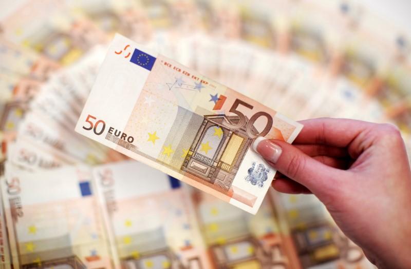 Cредний курс покупки/продажи наличного евро в банках Москвы на 13:00 мск составил 85,54/86,92 руб.