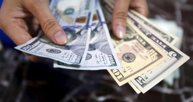 Средний курс продажи наличного доллара США в банках Москвы достиг минимального значения за месяц и составляет 73,6693 руб.