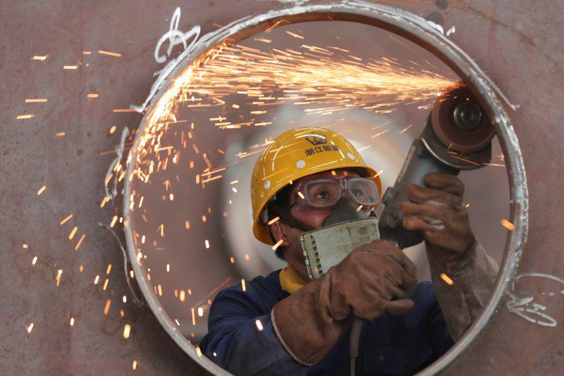 Китайские фабрики, ритейлеры снизили темпы роста из-за последствий пандемии