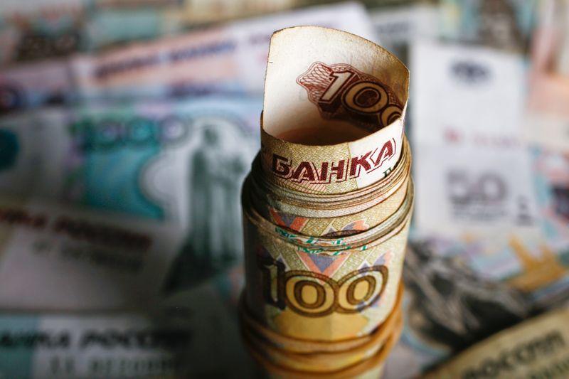 Рубль пытается расти с учетом многонедельных максимумов нефти и старта налогов