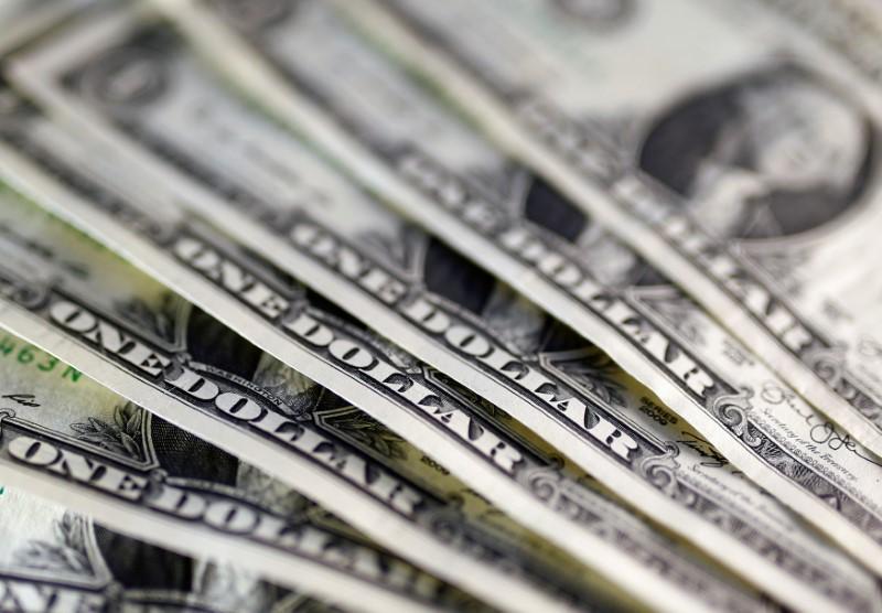 Средний курс продажи наличного доллара США в банках Москвы достиг минимального значения за месяц и составляет 73,5318 руб.