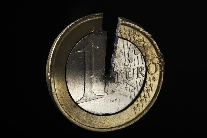 Рубль на фоне скачка нефти достиг пика 13 мес к евро и 2,5 мес - к доллару