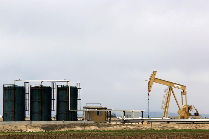 Нефть снижается, поставки в США медленно восстанавливаются после ураганов