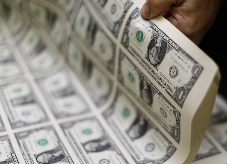 Средний курс продажи наличного доллара США в банках Москвы достиг минимального значения за месяц и составляет 73,5112 руб.