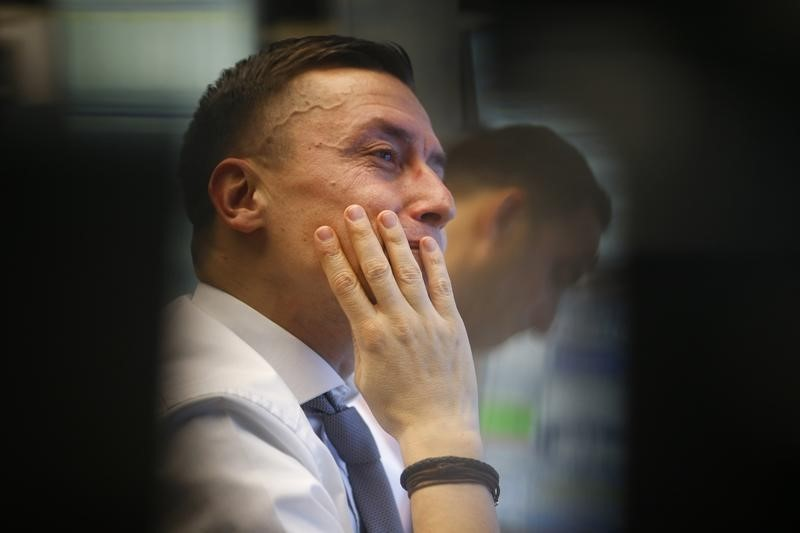 Российский фондовый рынок начал торги падением индексов на 1,2-1,7%