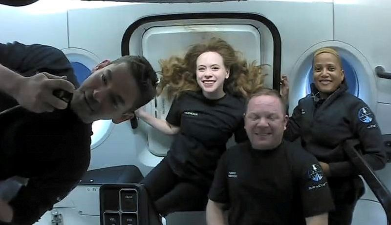 Корабль SpaceX с любительским экипажем благополучно вернулся на Землю