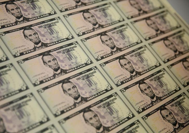 Средний курс покупки наличного доллара США в банках Москвы достиг максимального значения за неделю и составляет 72,6881 руб.