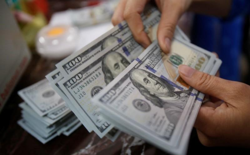 Cредний курс покупки/продажи наличного доллара в банках Москвы на 16:00 мск составил 72,57/73,97 руб.