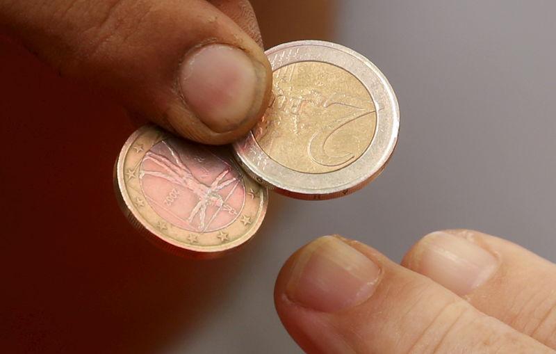 Доллар и евро умеренно снижаются на