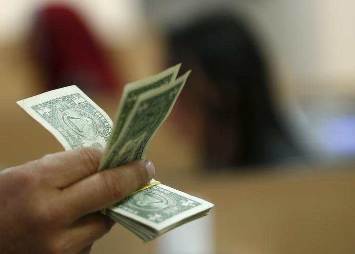Cредний курс покупки/продажи наличного доллара в банках Москвы на 13:00 мск составил 72,29/73,68 руб.