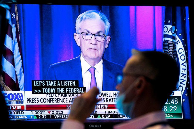 АНАЛИЗ-Инвесторы готовятся к повышению ставок ФРС и реакции рынков на сворачивание скупки активов