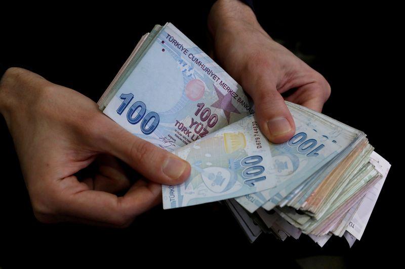 Лира падает, норвежская крона - лидер роста к доллару после решений центробанков