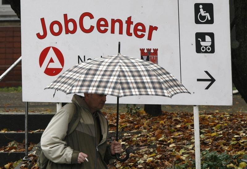Число заявок на пособие по безработице в США снова выросло