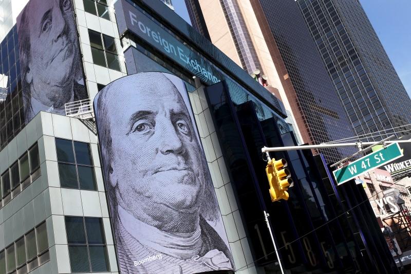 Доллар подешевел на 35 копеек