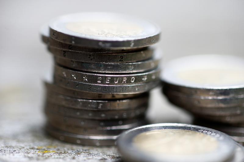 Доллар пытается дорожать к евро, укрепляется к иене