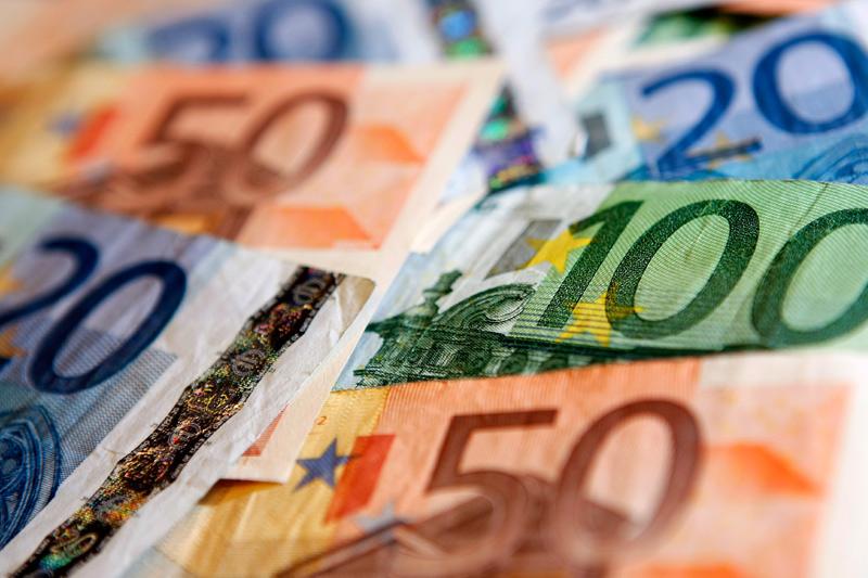 Доллар стабилен по отношению к евро и иене, дешевеет к фунту